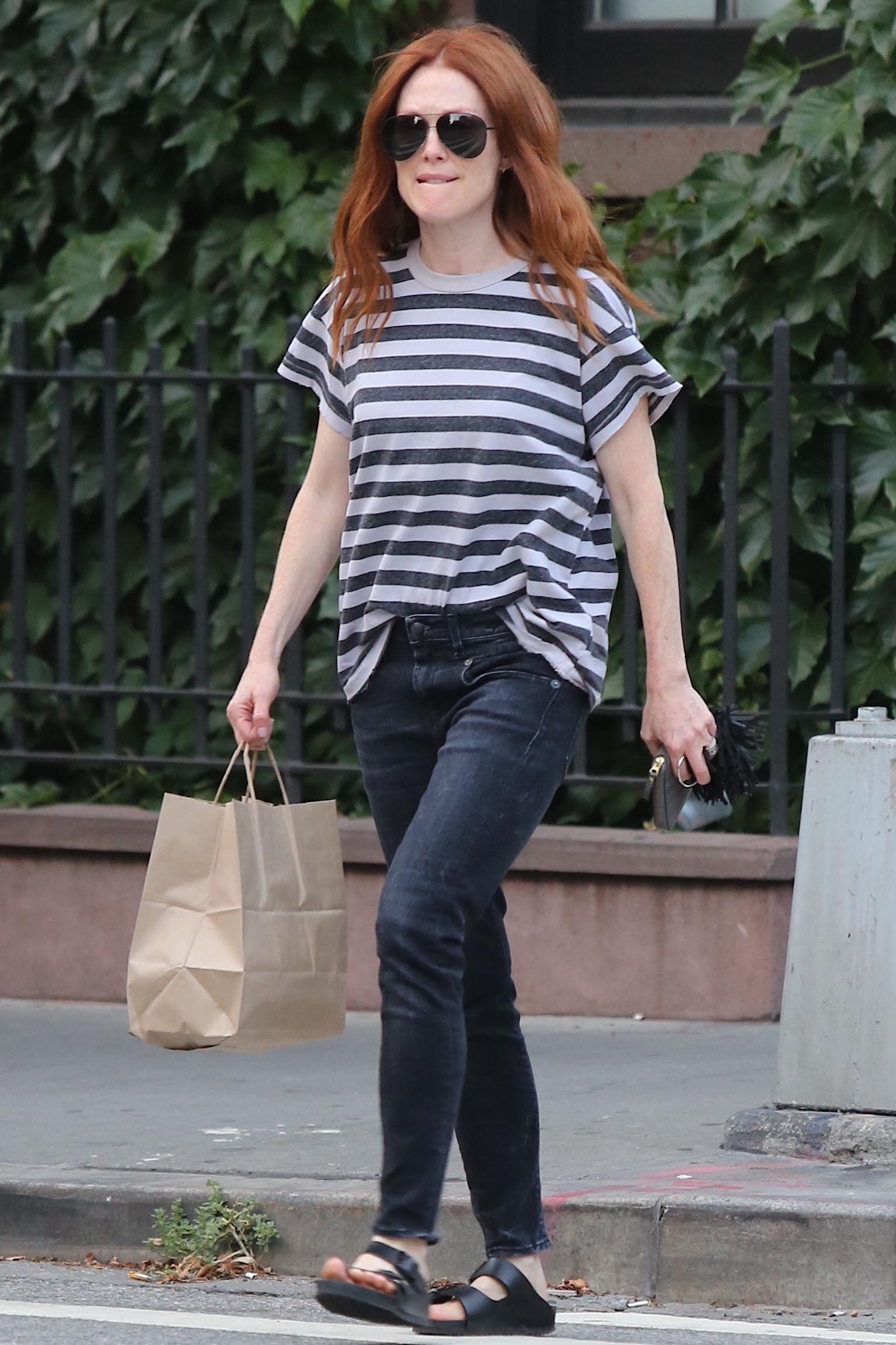 julianne-moore-french-tuck